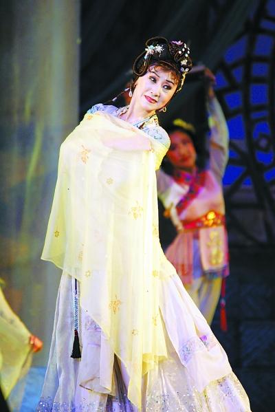 1959年主演了中国第一部西方芭蕾舞与中国古典舞相结合的舞剧《鱼美人
