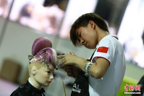 聶鳳參加第43屆世界技能大賽,並獲得美髮項目金牌。 聶鳳供圖