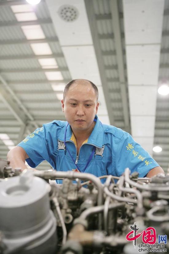 全國勞動模範、外場服務技術專家羅卓紅在工作中(資料圖)。解放軍5719廠供圖