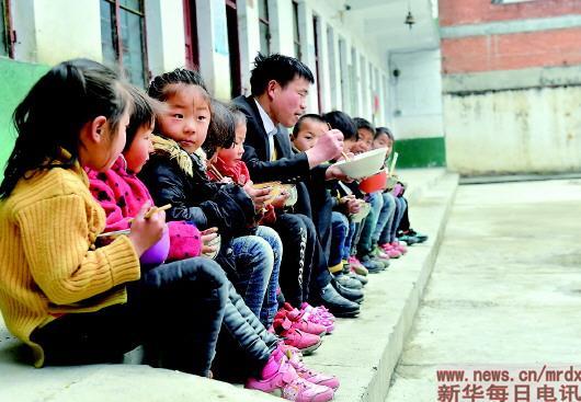 在河南省南阳市镇平县伏牛山区,有一位普通的小学校长,坚守大山